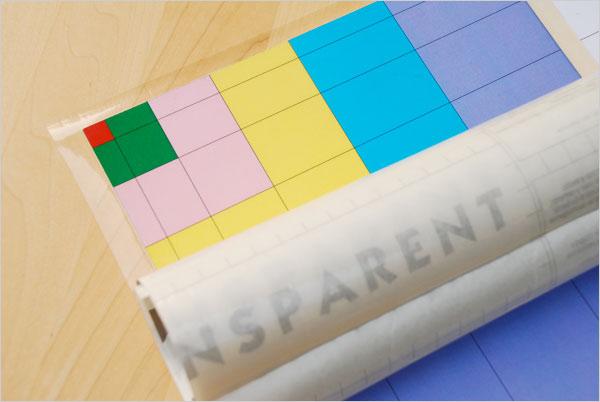 Application d'un film transparent sur la table de Pythagore